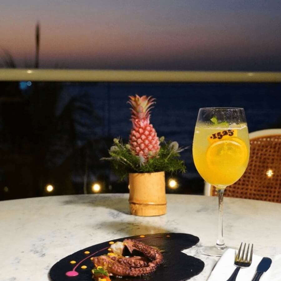 1525 Restaurante crea una escena de mixología tan única como Playa Dormida.
